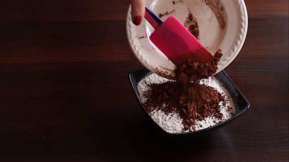 Муку соединяем с какао и... Шоколадный эклер: пошаговый фото-рецепт