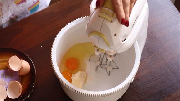 Вводим 2 яйца. Тыквенные панкейки: пошаговый фото-рецепт