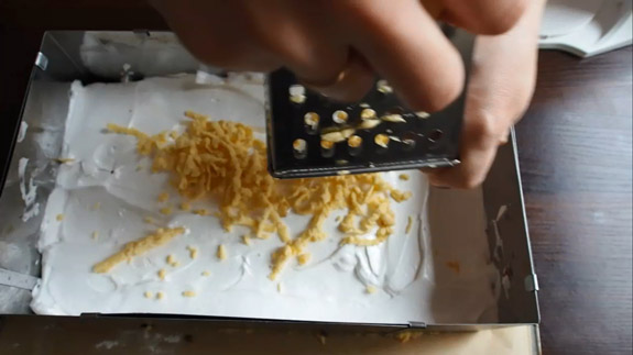 Последним, поверх белкового крема , натираем... Польский пирог Плесняк: пошаговый фото-рецепт