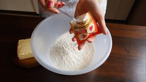 Муку соединяем с разрыхлителем для теста и... Польский пирог Плесняк: пошаговый фото-рецепт