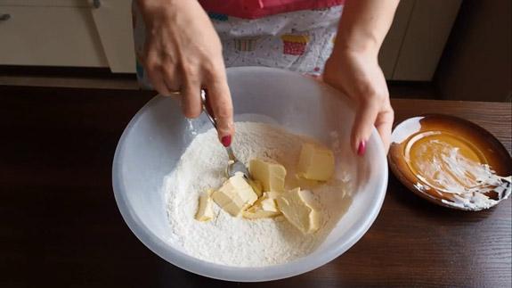 Вводим мягкое сливочное масло, предварительно... Польский пирог Плесняк: пошаговый фото-рецепт