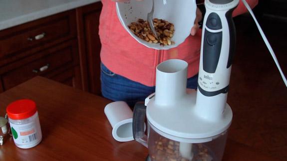 Засыпаем весь арахис в чашу блендера. Арахисовая паста: пошаговый фото-рецепт
