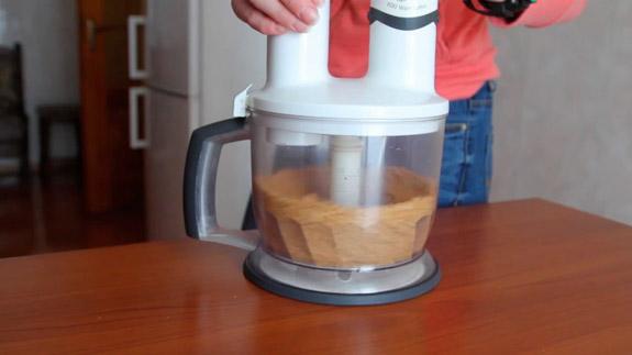 Взбиваем орехи на высокой скорости в течение 10-15 минут. Арахисовая паста: пошаговый фото-рецепт