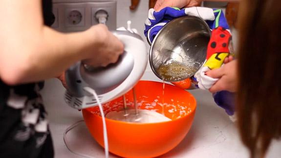Вливаем сироп в белковую массу. Белковый десерт: пошаговый фото-рецепт