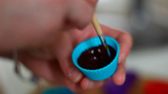 Ровняем шоколад по краям формочки. Диетические шоколадные конфеты с арахисовой пастой: пошаговый фото-рецепт