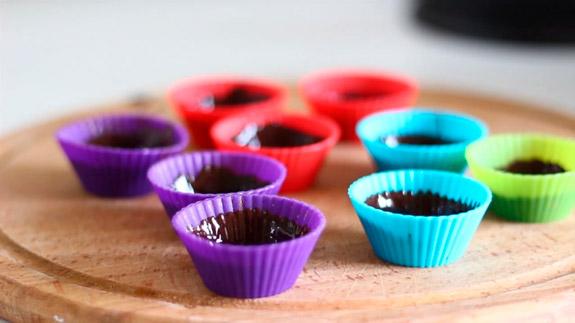 Ставим на поднос и убираем на 10 минут в холодильник. Диетические шоколадные конфеты с арахисовой пастой: пошаговый фото-рецепт