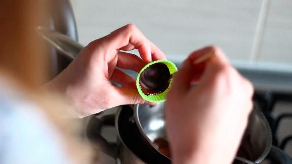 Достаем формочки и промазываем кистью. Диетические шоколадные конфеты с арахисовой пастой: пошаговый фото-рецепт