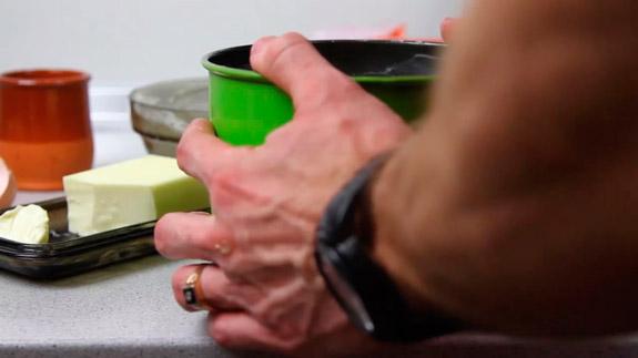 Формой с тестом постучите о стол, чтобы вышли остатки воздуха. Кулич Пасхальный: пошаговый фото-рецепт