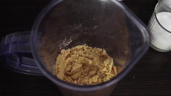 Печенье истолочь в крошку при помощи погружного блендера. Рулет Баунти фото-рецепт