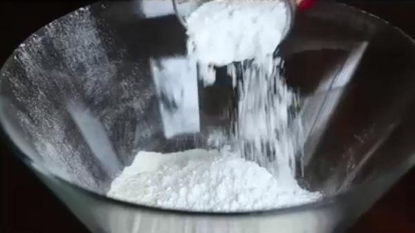В удобной для вымешивания посуде соединяем все сухие ингредиенты. Песочное печенье на молоке: пошаговый фото-рецепт