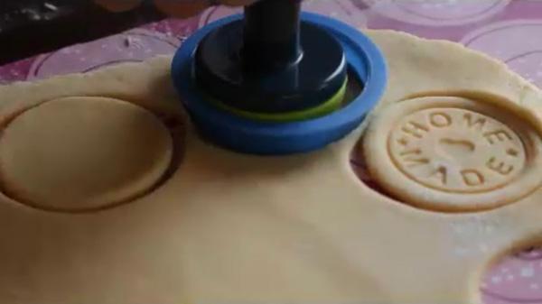 Я использую вырубку для теста и оттиск. Песочное печенье на молоке: пошаговый фото-рецепт