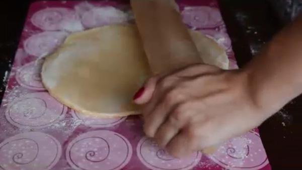 Готовое тесто раскатываем в пласт толщиной около 0,5см. Песочное печенье на молоке: пошаговый фото-рецепт