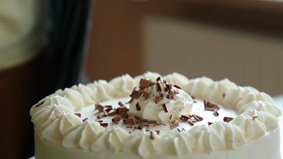 Посыпаем готовый торт тертым шоколадом:... Торт Черный Лес: пошаговый фото-рецепт