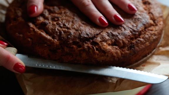 Затем разрезаем корж на 2 части... Морковный торт: пошаговый фото-рецепт