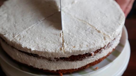 Готовый тортик начинаем декорировать. Делим... Морковный торт: пошаговый фото-рецепт