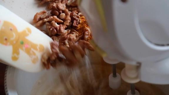 Затем вводим орехи, соду и смесь специй для... Морковный торт: пошаговый фото-рецепт