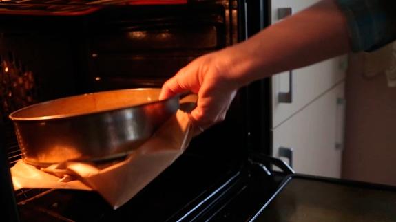Отправляем выпекаться в духовку, заранее... Морковный торт: пошаговый фото-рецепт